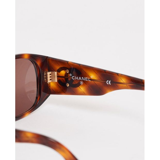 2ac5027d4fff CHANEL Vintage tortoiseshell quilted arm sunglasses 3 thumbnail